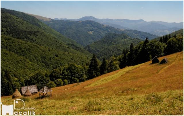 Zdjęcie z przełęczy - na pierwszym planie stogi siana