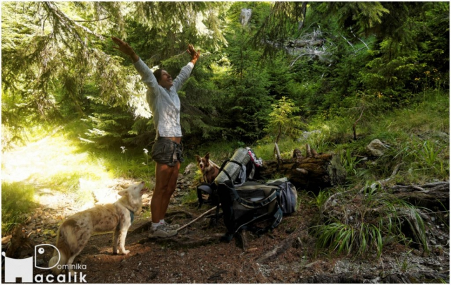 Na zdjęciu Dominika z Bletką i Punky - chwila relaksu w cieniu